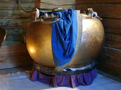 Kopie des Bronzekessels mit einem Fassungsvermögen von 500 Litern