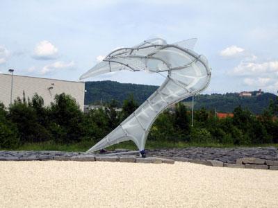 Saurier aus Glas im Kreisverkehr an der Auffahrt Eislingen-Ost zur B 10