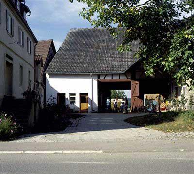 Einfahrt zum Schulbauernhof im Dorf Pfitzingen