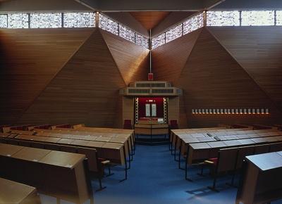 Innenansicht der heutigen Karlsruher Synagoge, Blick auf den Thoraschrein