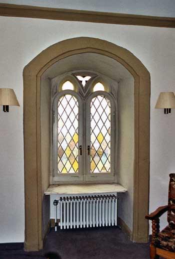 Gotisches Maßwerkfenster am Wohnturm der Neuburg