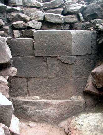 Ecke des achteckigen Wohnturms der sogenannten Burg