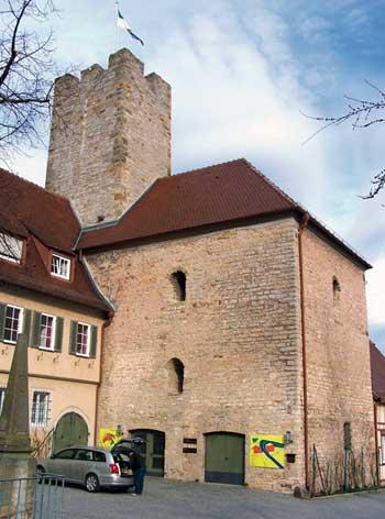 Der Wohnturm aus dem 11. Jh. mit modernem Dach