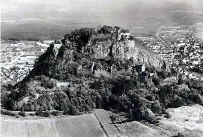 Festung Hohentwiel Der Hohentwiel wurde wohl schon in vorgeschichtlicher Zeit als Fluchtburg benutzt. Eine mittelalterliche Burg ist bereits um 900 bezeugt. Bis in das Jahr 1800 blieb der Hohentwiel eine Festung.