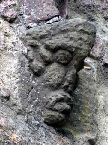Detail am südlichen Tor der Burg Hohenbaden: ein Neidkopf zur Abschreckung böser Mächte