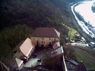 Blick vom Bergfried auf den ältesten Teil der Anlage, die Untere Burg