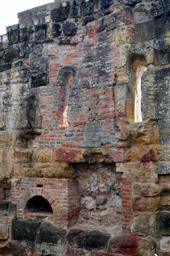 Die Reste eines Kamins lassen auf eine beheizte Kemenate rückschließen