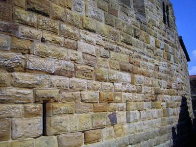 Die gewaltige Burgmauer von Süden gesehen
