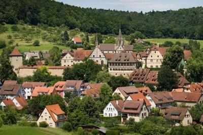 Das Kloster liegt erhöht über dem Ort