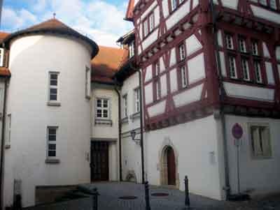 Salemer Hof in Nürtingen. Die Reichsabtei Salem war eine der mächtigsten und wohlhabendsten reichsunmittelbaren Abteien. 1284 erwarben die Zisterziensermönche aus Salem von Berthold von Neuffen dessen Nürtinger Besitz und Rechte und erbauten diesen Pfleghof. Das hervorstechende alemannische Fachwerk des Pfleghofs stammt von 1483/84.