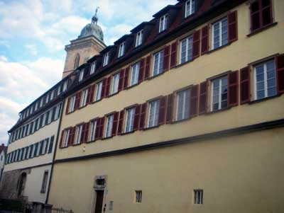 Die Herrschaft und Verwaltung vor Ort (württembergischer Besitz) wurde in Nürtingen von einem Vogt von der Vogtei aus ausgeübt. Gleich daneben liegt die später (1481) gegründete Lateinschule, die einen hervorragenden Ruf im ganzen Land hatte. In ihr wurden z. B. Schelling und Hölderlin unterrichtet.