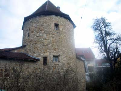Stadtmauern und darin integrierte Befestigungen waren ein wichtiger symbolischer Teil der Stadt, ebenso für den Schutz unverzichtbar. Der Blockturm (Nürtingen) ist ein noch erhaltener Teil der mittelalterlichen Stadtbefestigung, er diente auch als Gefängnis, in dem man in den Block gespannt wurde (1534 zum ersten Mal erwähnt). Das dunkle Verlies ist noch erhalten.