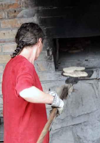 Die geformten Teigstücke werden auf den Brotschieber (Backschaufel) gelegt