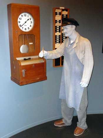 Ein Arbeiter an der Stempeluhr