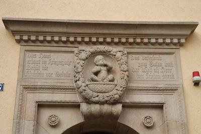 Portalinschrift des Kinderhorts Gmindersdorf, Reutlingen