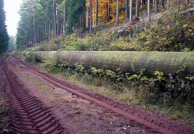 Die Hangrohrleitung auf der Nordseite des Linachtals