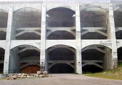 Aufrecht stehende Wandscheiben halten die wasserseitigen Tonnengewölbe und sind durch Riegel und Streben mit einander verbunden.