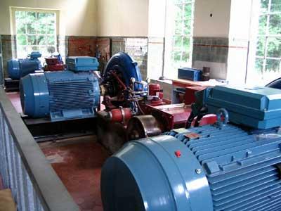 Turbinen und Generatoren im Kraftwerkshaus