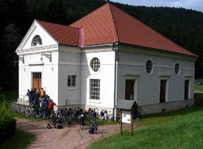 Schüler des Gymnasiums am Hoptbühl, Villingen-Schwenningen, warten am Kraftwerk auf den Beginn ihrer Führung.