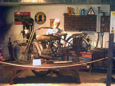 Motorradwerkstatt um 1920