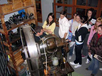 Die Besucher können eine Stanze in Aktion erleben und die produzierten Uhrzeiger als Erinnerung mitnehmen