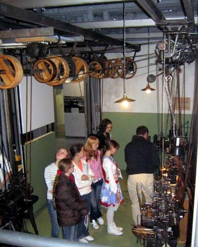 Die älteren Arbeitsmaschinen werden durch ein ausgeklügeltes System von Transmissionsriemen von einem zentralen Motor angetrieben.