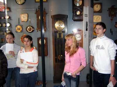 Im Eingangsbereich des Museums sind fertige Uhren ausgestellt. Der Schwerpunkt liegt jedoch auf dem Produktionsprozess