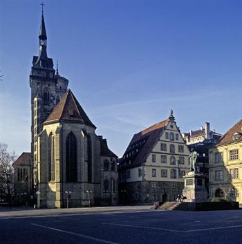 Bildunterschrift: Fruchtkasten (Mitte) mit der von Schickhardt geschaffenen Renaissancefassade, Stuttgarter Schillerplatz (ehem.