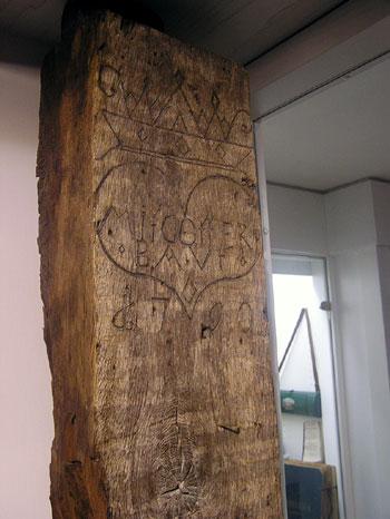 Bauinschrift auf einem historischen Trägerbalken im Schulmuseum: