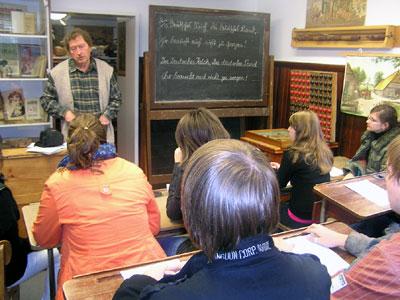 Lebendige Unterrichtsstunde im Schulmuseum Weiler mit dem Leiter Manfred Brehm