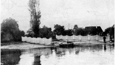 Bis zur Entwicklung der Nylonnetze in den 1960ern mussten die Hanf- und Baumwollnetze nach jedem Fischtag - wie hier auf der Reichenau um 1900 - getrocknet werden.
