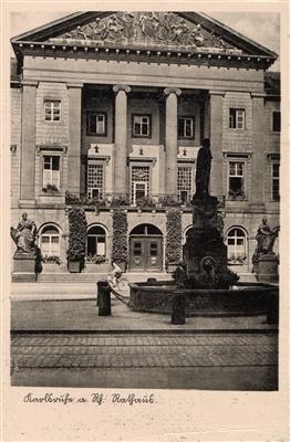 Blick auf das Karlsruher Rathaus mit dem Großherzog-Leopold-Brunnen im Vordergrund