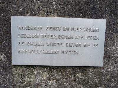 Tafel auf dem Gedenkstein am ehemaligen Meilerfeld