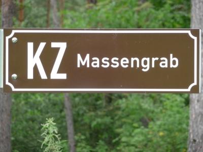 Hinweisschild auf das einstige Massengrab neben der B 27