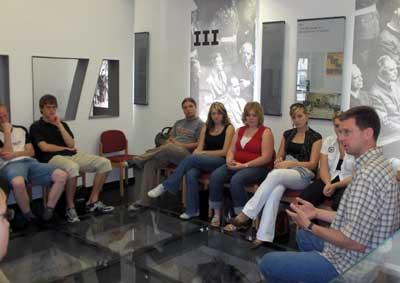 Schülergruppe in der Ausstellung