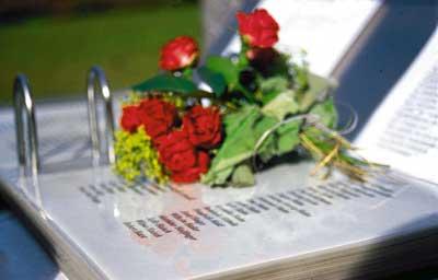 Rosen auf dem Gedenkbuch