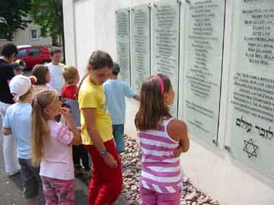 Gedenktafel an der Außenwand der Synagoge
