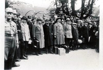 Ankunft Marums im Konzentrationslager Kislau am 16.Mai 1933, in der Mitte Marum, vor ihm Koffer und Kasten