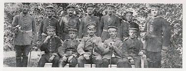 Soldat Marum mit Kameraden in Durlach, 1915 (sitzend 2.v.r.)