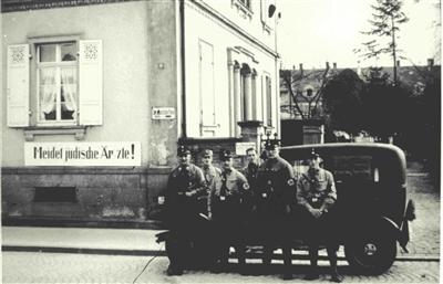 """""""Boykotttag"""" am 1. April 1933 in Rastatt: uniformierte Nationalsozialisten vor einer jüdischen Arztpraxis."""