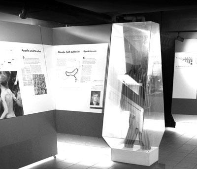 Unterkunft (Blick in den Flur der Ausstellung