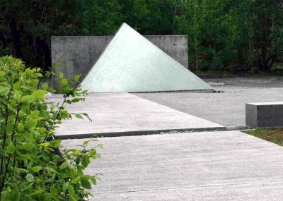 Mahnmal auf dem Gelände                                                               des ehemaligen Nachtflughafens Hailfingen