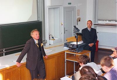 Prof. Dr. Reinhold Würth bei seiner Antrittsvorlesung vor Studenten der Universität Karlsruhe
