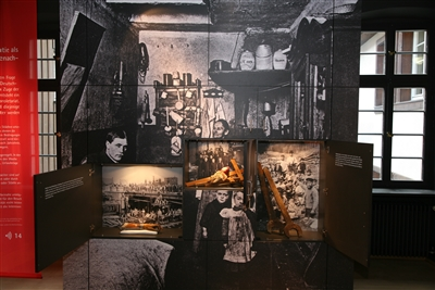 Dauerausstellung: Schubladenwand mit Informationen zur sozialen Frage