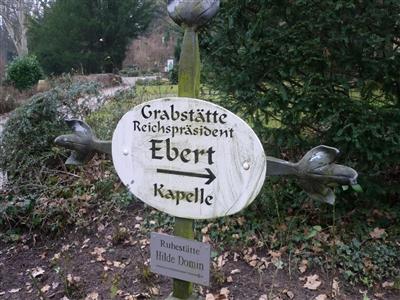 Hinweisschild auf dem Bergfriedhof in Heidelberg