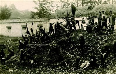 Jungen spielen die Erstürmung eines Hügels