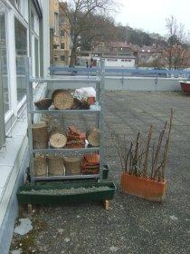 Regal mit Wildbienen_Nisthilfen auf der Terrasse