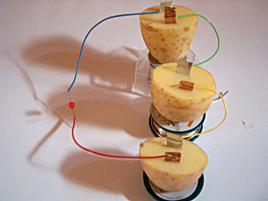 Leuchtdiode an einer Kartoffelbatterie mit drei Zellen