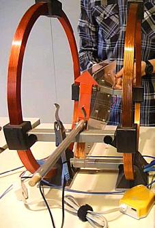 Foto der Helmholtz- und Induktionsspule von der Seite
