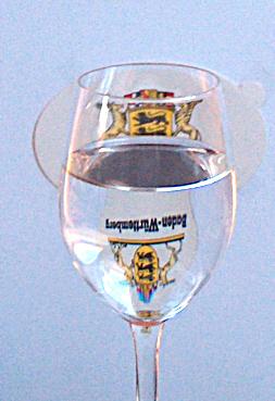 Die Löwen stehen Kopf - das Landeswappen durch ein Weinglas betrachtet